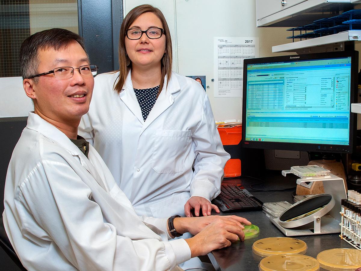 Au Laboratoire de santé publique du Québec, la <strong>microbiologiste</strong> Brigitte Lefebvre et le <strong>technicien de laboratoire médical</strong> Simon Wong déploient beaucoup d'efforts pour déceler les souches d'entérobactéries productrices de carbapénèmase. Ces souches sont résistantes à plusieurs classes d'antibiotiques et peuvent conduire à une impasse thérapeutique. Ce duo scientifique contribue au renforcement de la surveillance et de la vigie en laboratoire. Il participe aux investigations en cas d'urgence et de menaces infectieuses, en soutenant le réseau de la santé.Photo: Dominique St-Pierre, LSPQ