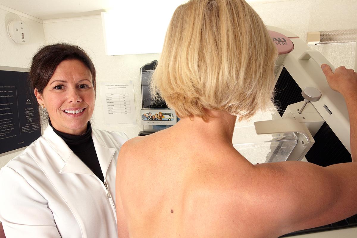 Comme <strong>coordonnatrice technique en radiologie,</strong> Josée Sirois œuvre au Programme québécois de dépistage du cancer du sein, à partir d'unités mobiles. Avec ses collègues, elle se rend dans les régions éloignées à bord de CLARA, un autobus modifié, pour effectuer des mammographies auprès de femmes de 50 à 70 ans qui n'ont pas accès aux services ou qui se retrouvent sur une liste d'attente.Photo: CFP Maurice-Barbeau