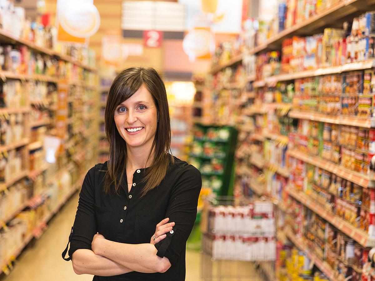 Avec son expertise en <strong>nutrition</strong>, Laurie Plamondon contribue à transformer les environnements alimentaires, afin qu'il soit plus facile pour les Québécois d'adopter une saine alimentation. Ses travaux, notamment sur l'offre alimentaire en magasin et sur les boissons sucrées, orientent les actions du ministère de la Santé et des Services sociaux et des professionnels du réseau de la santé publique et de leurs partenaires en matière de promotion de saines habitudes de vie et de prévention de l'obésité.Photo: CFP Maurice-Barbeau