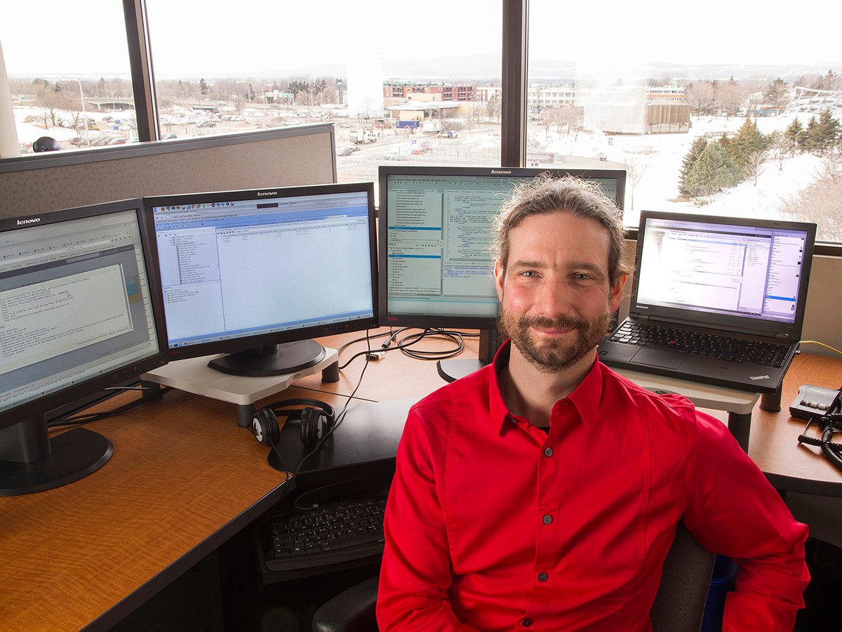À titre de conseiller en architecture technologique, Philippe Gauthier s'assure que les technologies de l'information de l'INSPQ évoluent en fonction des besoins de toutes les directions et des clients externes comme le ministère de la Santé et des Services sociaux. Toujours à l'affût des tendances technologiques, il participe entre autres à l'implantation et à l'évolution du Registre de vaccination du Québec. Il conçoit également des logiciels applicatifs dans le cadre de la refonte du système d'information du Programme québécois de dépistage du cancer du sein.Photo: CFP Maurice-Barbeau