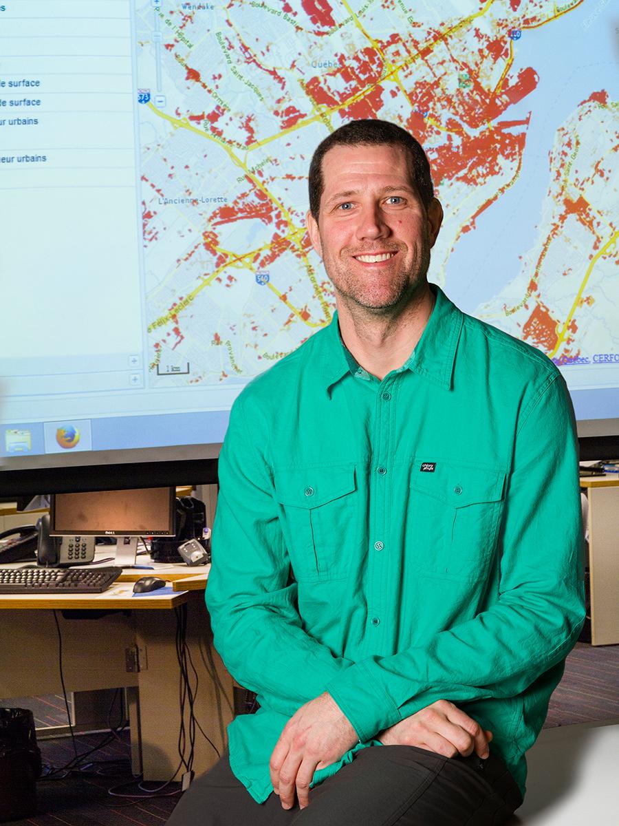 À titre de <strong>géomaticien</strong>, Steve Toutant soutient les professionnels et les chercheurs en santé publique en intégrant et en diffusant des données spatiales dans leurs projets. Dans le cadre du Plan d'action sur les changements climatiques, ses applications cartographiques Web soutiennent les activités de prévention et d'adaptation aux impacts sanitaires des changements climatiques. Par exemple, il a participé à la cartographie du risque lié à la maladie de Lyme et à celle de la distribution des îlots de chaleur à l'échelle provinciale. Avec ses collègues des autres ministères et organismes, il contribue à l'infrastructure de géomatique ouverte composée de logiciels libres.Photo: CFP Maurice-Barbeau