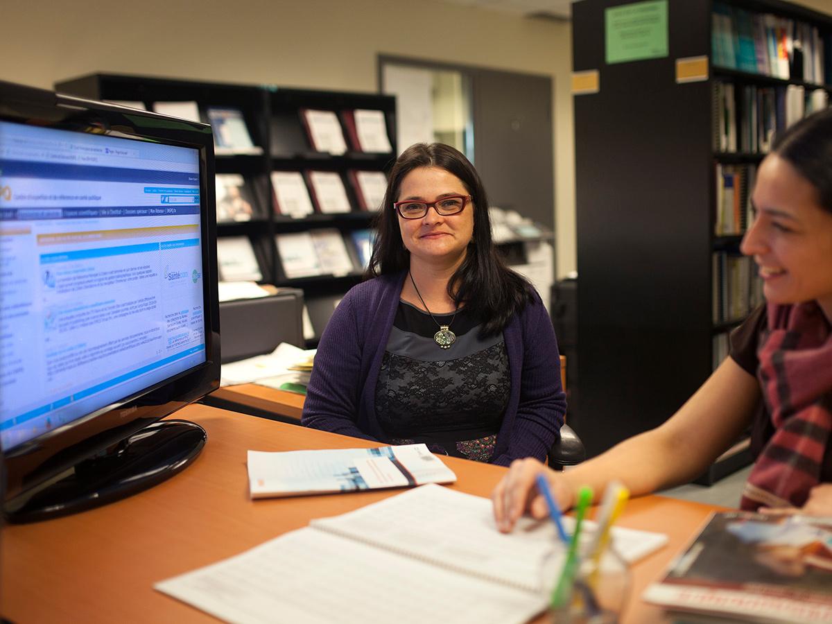 Vicky Tessier œuvre au Centre de documentationde l'INSPQ comme <strong>bibliothécaire</strong>. Grâce à son expertise en recherche documentaire et en veille informationnelle, elle soutient les travaux de ses collègues médecins et agents de recherche. Elle contribue également au Réseau Santécom, un réseau québécois de bibliothèques, afin d'accroître le partage des ressources documentaires à l'échelle nationale et d'organiser et de diffuser la littérature grise produite au Québecdans le domaine de la santé et des services sociaux.Photo: CFP de Lachine, Gislene Tavares et Alexandra Adolphe